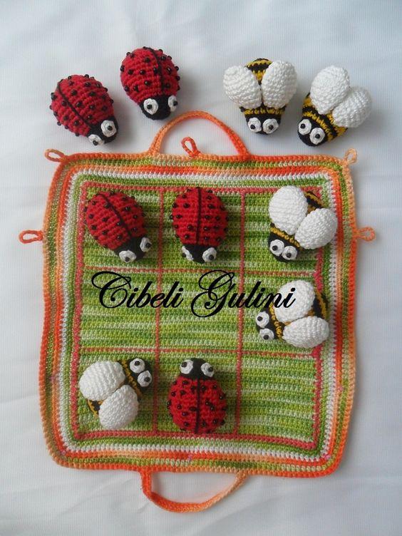 Tres en raya con mariquitas y moscas en crochet
