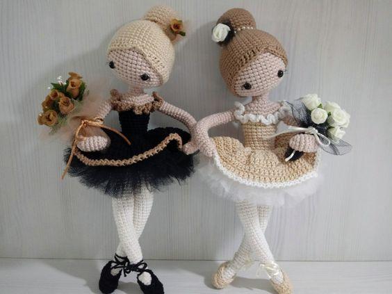 Dos preciosas bailarinas de crochet con tutús y ramos de flores