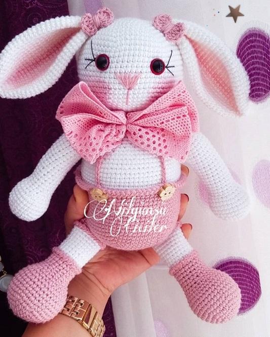 Conejitos guapos, amigurumi con pajarita rosa