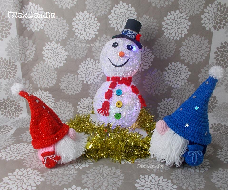 Dos gnomos de navidad daneses amigurumis con muñeco de nieve